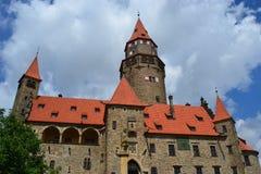 捷克语,罗马式建筑学,旅游业,城堡Bouzov,奥洛穆茨,美丽的景色,古物收藏家,高尚的家庭, 库存照片