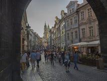 捷克,布拉格,2018年9月8日:从查理大桥的看法在从马拉山Strana桥梁塔弧的Mostecka街道上与 图库摄影