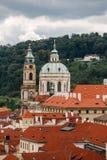 捷克,布拉格, 2017年7月25日:城市的全景 房子红色老城市的屋顶和结构summe的 免版税图库摄影