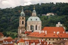 捷克,布拉格, 2017年7月25日:城市的全景 房子红色老城市的屋顶和结构summe的 免版税库存图片