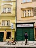 捷克,布拉格2017年12月26日:一个人在城市自行车附近使用一个电话 免版税图库摄影