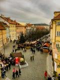 捷克,布拉格2017年12月26日:人人群在一座桥梁附近的在城市公平的购买食物 图库摄影