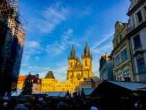 捷克,布拉格2017年12月26日:人人群正方形的在圣诞节的城堡附近在市场附近 库存照片