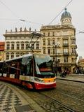 捷克,布拉格2017年12月26日:电车在正方形的城市运输在老镇 免版税库存图片
