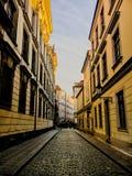 捷克,布拉格2017年12月26日:空的街道有bsuuchatka的和在最后人人群  免版税库存照片