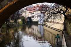 捷克,布拉格- 2012年12月: 从查尔斯桥梁的看法在一个美丽的老大厦 库存照片