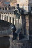 捷克,布拉格- 2017年10月02日:一个美妙的欧洲城市的出现 向桥梁扔石头 库存照片