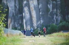 捷克, ADRSPACH, 2018年8月 接近典型的高砂岩岩石的小组青年人 他们有婴孩 免版税库存照片
