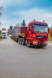 捷克, PRESTICE, 2014年11月11日, :重,过大的装载和建筑机械运输  库存图片