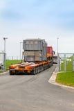 捷克, PRESTICE, 2014年11月11日, :重,过大的装载和建筑机械运输  免版税库存图片