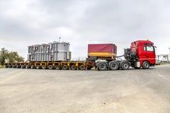 捷克, PRESTICE, 2014年11月11日, :重,过大的装载和建筑机械运输  免版税库存照片