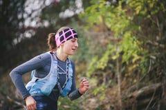 捷克,SLAPY,2018年10月:足迹疯子赛跑比赛 年轻连续妇女Profil照片  免版税库存照片