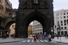捷克6月31日2016年布拉格, :在走动捷克首都人的游人老城市搽粉塔门 免版税库存图片