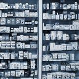 捷克12月29日2017年布尔诺- 在药房的背景 在架子的物品 医学和维生素健康和健康的 免版税库存图片