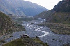 捷列克河的谷在一道深山峡谷 免版税库存照片
