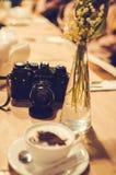 捷尔诺波尔州,乌克兰 04,04,2013 -咖啡与声势浩大的图象泡沫的在咖啡馆和zenit照相机的 免版税库存图片