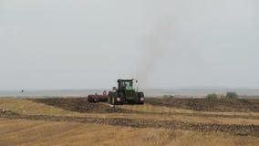 捷尔诺波尔州- UCRAINE,大约2014年,机器耕在秋天季节的地面 乌克兰农场 在框架的鹳 影视素材