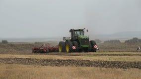 捷尔诺波尔州- UCRAINE,大约2014年,机器耕在秋天季节的地面 乌克兰农场 在框架的鹳 股票视频