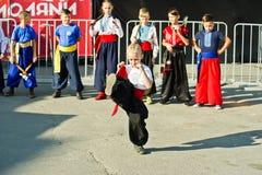 捷尔诺波尔,乌克兰- 2017年10月1日:乌克兰哥萨克人孩子在 免版税库存图片