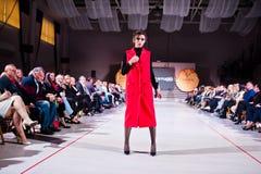 捷尔诺波尔,乌克兰- 2017年5月12日:穿衣裳的时装模特儿 免版税库存图片