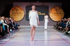 捷尔诺波尔,乌克兰- 2017年5月12日:穿衣裳的时装模特儿 图库摄影