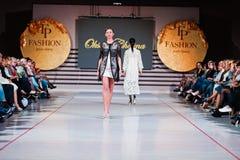 捷尔诺波尔,乌克兰- 2017年5月12日:穿衣裳的时装模特儿 免版税库存照片