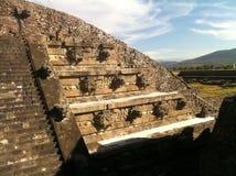 捷豹汽车和用羽毛装饰的蛇,特奥蒂瓦坎的寺庙 免版税库存图片
