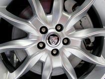 捷豹汽车商标在轮子的 免版税库存图片