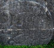 捷豹汽车的寺庙和在奇琴伊察显示玛雅象形文字的巨大球法院在墨西哥 库存照片