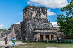 捷豹汽车的寺庙在奇琴伊察,墨西哥 图库摄影