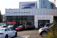 捷豹汽车车厂在经销权前面的公司商标 图库摄影