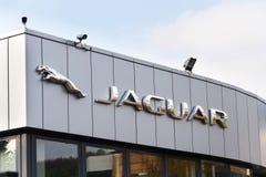 捷豹汽车车厂在经销权前面的公司商标 免版税库存照片