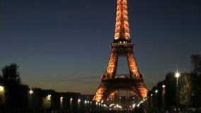 掀动下来从艾菲尔铁塔在晚上 影视素材
