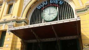 掀动下来从天空的中景决定西贡中央邮局的前面外部 股票视频