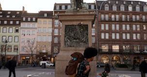 掀动下来从纪念碑到读消息的人在纪念碑-在攻击以后的法国城市附近 股票视频