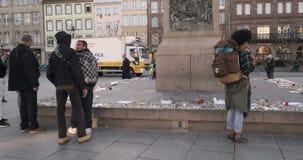 掀动下来从纪念碑到读消息的人在纪念碑-在攻击以后的法国城市附近 股票录像