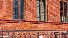 掀动减速火箭的红砖安置有窗口的墙壁 股票视频