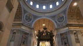 掀动击落了圆屋顶和机盖在圣彼得的大教堂,罗马里面 影视素材