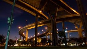 掀动击落了在国王rama IX桥梁下高速公路  晚上直到夜 影视素材