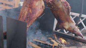 掀动在垂直的唾液抽烟的猪肉尸体 影视素材