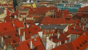 掀动布拉格老镇中心的空中射击特写镜头在一个晴天 股票视频