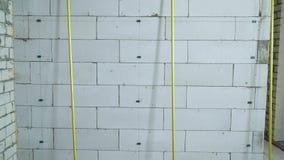 掀动金属路轨休息对具体块墙壁在工地工作 股票录像