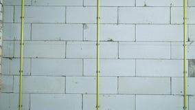 掀动金属路轨固定在有钳位的被供气的具体块墙壁 股票视频