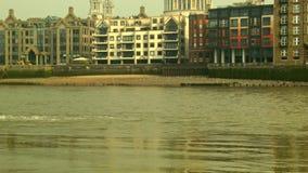 掀动从泰晤士的射击到伦敦,中景圣保罗的  影视素材