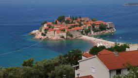 掀动Sveti斯蒂芬的海岛  对天际的看法蓝色海水 与老石大厦的海岸 晴天蓝天 影视素材