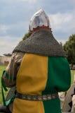 授以爵位与在柴和黄色和绿色衣裳供以座位的盔甲 免版税库存照片