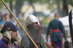 授以爵位在有一支矛的钢装甲在他的手上 库存照片