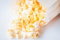 掉下来新鲜的黄油的玉米花 免版税库存图片