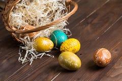 掉下来从棕色篮子的复活节彩蛋 库存照片
