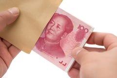 去掉堆从信封的RMB纸币与裁减路线 图库摄影